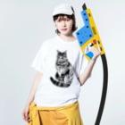 midoriyamadaのこっちを見ているキジトラ猫 Washed T-Shirtの着用イメージ(表面)