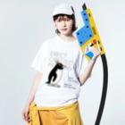 空とぶペンギン舎のマユダチペンギン Washed T-shirtsの着用イメージ(表面)