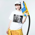 kio photo worksのcat in bicycle Washed T-shirtsの着用イメージ(表面)