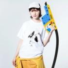 megumiillustrationのhatotachi Washed T-shirtsの着用イメージ(表面)