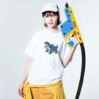 サメ ! さめ ! 鮫 ! (わりとおもい)のさかなをくわえたサメ Washed T-Shirtの着用イメージ(表面)