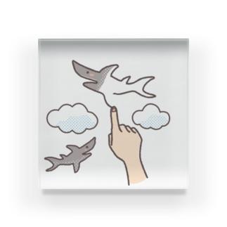 想像力が溢れてたまらない人が空に描くサメ Acrylic Block