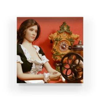 ドール写真:コーヒーグラインダーとブルネットのメイド Doll picture: Brunette maid with a coffee grinder Acrylic Block