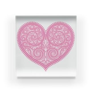 ゴージャスなアクセサリーのようなピンクのハートマーク Acrylic Block