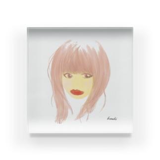 口紅が目立つ女性 Acrylic Block