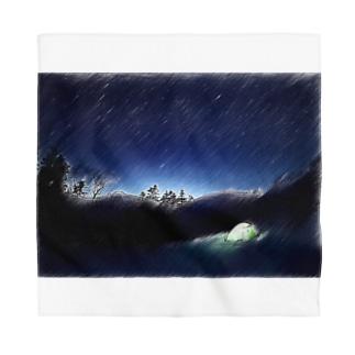 静かな山の頂への冬の星空キャンプ Bandana
