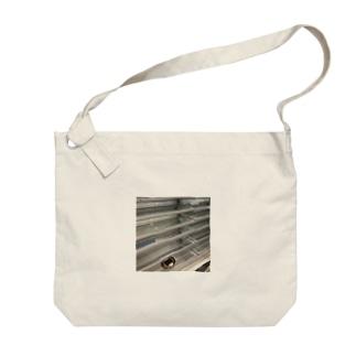 田舎のコンビニの棚 Big shoulder bags