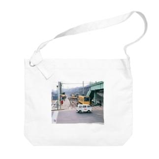 "東京都:都電荒川線王子駅前停留所 Tokyo: ""Toden"" at Oji-ekimae stop Big shoulder bags"