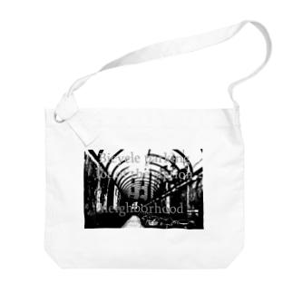 駅の近くの駐輪場 Big shoulder bags