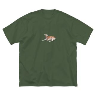 芝生にすわってる鹿 Big silhouette T-shirts