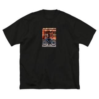 ロンドンの道端の自転車 Big silhouette T-shirts