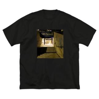 ローマのエウル・フェルミ駅の入り口 Big silhouette T-shirts
