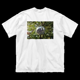 ソフトクリーム屋さんの自然に擬態しようとするするミラーボール Big silhouette T-shirts