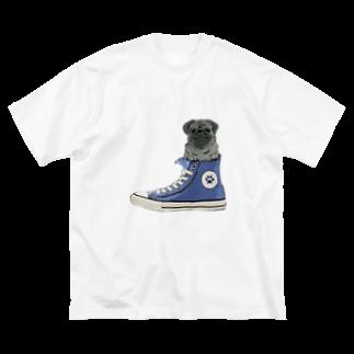 犬グッズの店しえるぶるーのスニーカーにすっぽり入った黒パグ(青) Big silhouette T-shirts