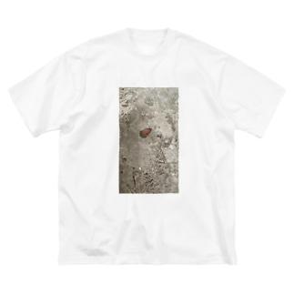 踏まれたどんぐり Big silhouette T-shirts