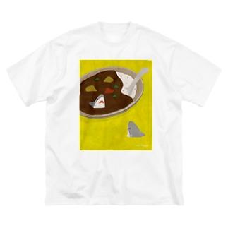 カレーの中と外で視線を交わすサメ/Yellow Base Big silhouette T-shirts