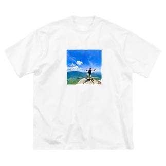 eVerY dAY,CHeAT dAY!の山上で、はしゃぐおじさん Big silhouette T-shirts