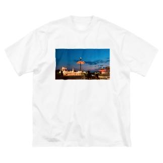 くれなずむ Big silhouette T-shirts