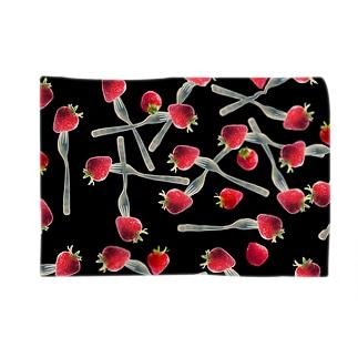 フォークで刺した苺 Blankets