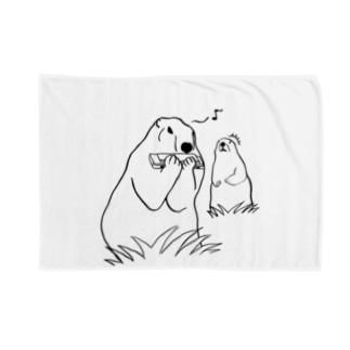 餌を食べてると思いきやハーモニカを吹くマーモットに驚くマーモット Blankets
