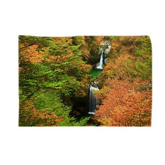 Toshiaki Sakuraiの紅葉最盛期の滝 Blankets