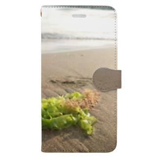 浜辺に打ち上げられた海藻 Book-style smartphone case
