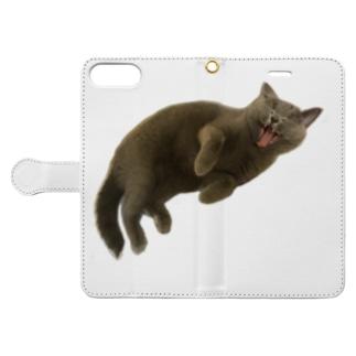 自由を謳歌中の猫 Book-style smartphone case