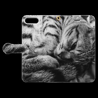 古春一生(Koharu Issey)の微睡みのR(縁なし) Book-style smartphone caseを開いた場合(外側)