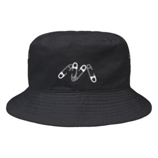 安全ピンの4連 白 Bucket Hat