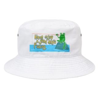 カエルが雨の中釣りをするでケロ Bucket Hat