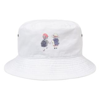 オリジナル 手を繋いで歩く幼い二人の女の子 Bucket Hat