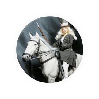 ドール写真:白馬に跨ってライフル銃を持つ美女 Doll picture: Plutinum blonde woman on a horse 缶バッジ
