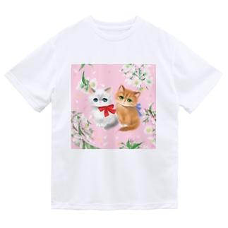 散りばめられた桜と二匹のかわいいリボンをつけた子猫  ドライTシャツ