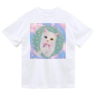 かわいいオッドアイの白い子猫と青空のイラスト ドライTシャツ