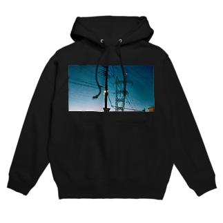 夜の青空と標識な写真 Hoodies