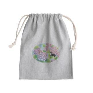 天空のアジサイ園で遊ぶトロとクロ Mini Drawstring Bag