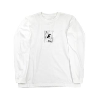曇ったガラスを拭く女 ロングスリーブTシャツ