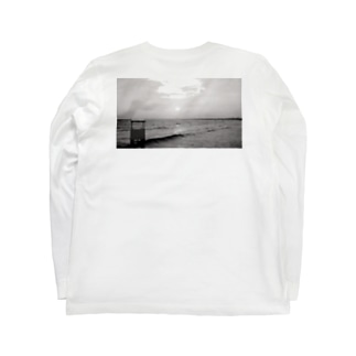 Beach on the back Black and White  Long sleeve T-shirts