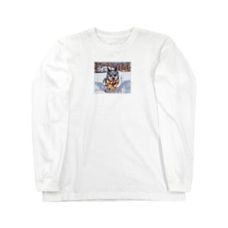 雪原の犬。オーストラリアンキャトルドッグ。 Long sleeve T-shirts
