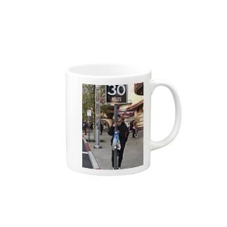 寒い中温かい飲み物で温まろマグカップ Mugs