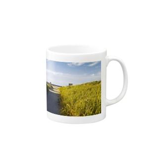 海へと続く道 Mugs