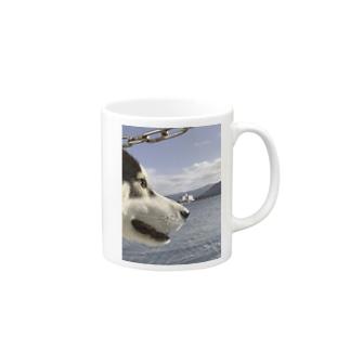 海を見るハスキー Mugs