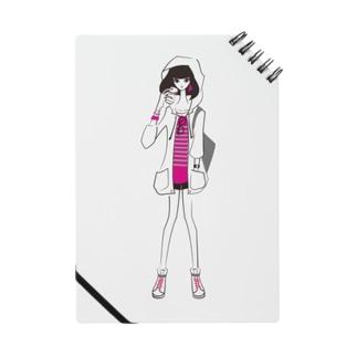 ピラミッドスタッズボーダーTを着た女の子 ノート