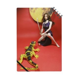中国:大蜥蜴と黄金の珠を取り合うチャイナドレスの美少女(人形写真) Notes