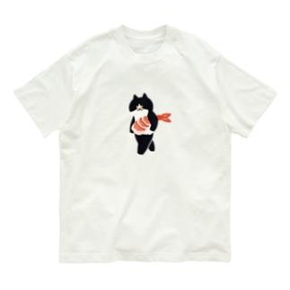 SUIMINグッズのお店の【中】海老の握り寿司を機嫌よく持ち運ぶ猫 Organic Cotton T-shirts