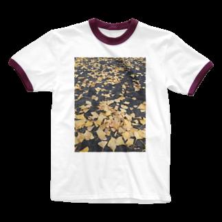 shizukusanの棚のアスファルトと葉っぱ Ringer T-shirts