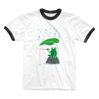 カエルが雨の中釣りをするでケロ Ringer T-shirts