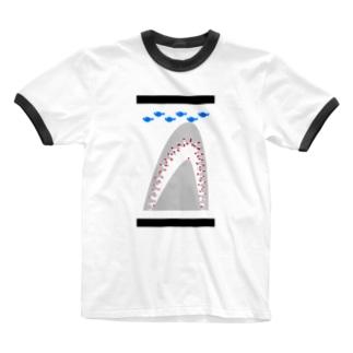 魚を食べているサメ Ringer T-shirts