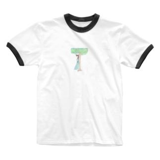 木陰で休む少女 Ringer T-shirts