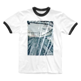 雨降り頻る駅 Ringer T-shirts